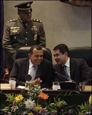 Porfirio Lobo (izq.) y Juan Orlando Hernández en el Congreso el 25 de enero