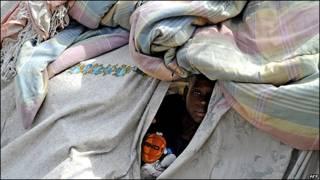 Un niño haitiano se refugia en una tienda de campaña hecha con mantas