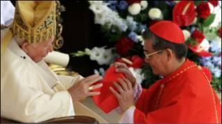 Hồng y Phạm Minh Mẫn nhận mũ từ Giáo hoàng Gioan Phaolô Đệ Nhị