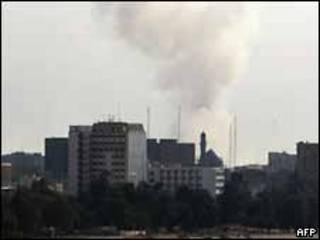 Una columna de humo se eleva luego de una explosión en un edificio forense en Irak