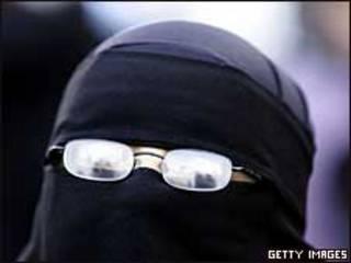 फ्रांस में लगभग 2000 मुस्लिम महिलाएँ बुर्क़ा पहनना पसंद करती हैं