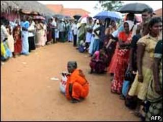 En Vavuniya, desplazados tamiles hacen fila para votar.