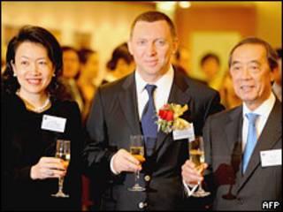 Олег Дерипаска пьет шампанское с руководителями Гонконгской биржи 27 января 2010 года