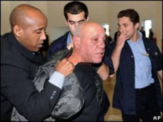 Pincha Cohen sendo preso em Israel (AP)
