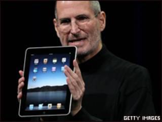 Steve Jobs apresenta o iPad. Foto Getty Images