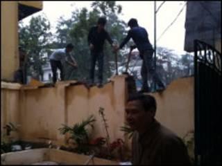 Bức tường đang bị phá bỏ (ảnh do ông Cù Huy Hà Vũ cung cấp)