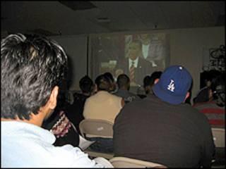 Hispanos mirando a Obama por TV