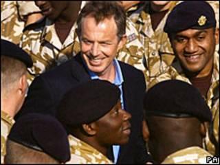 Tony Blair visita a las tropas británicas en Basora en 2004, durante la guerra de Irak.