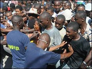 Multitud en Puerto Príncipe durante repartición de ayuda humanitaria.