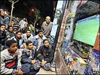 Болельщики футбольной сборной Египта наблюдают за ходом матча