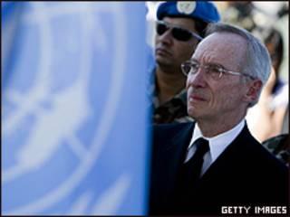 Edmond Mulet durante cerimônia em homenagem aos funcionários da ONU mortos no terremoto do Haiti