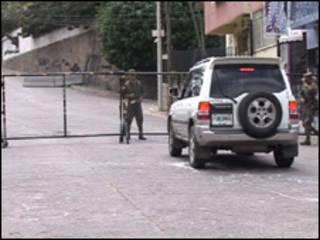 Barrera policial en las inmediaciones de la embajada de Brasil en Tegucigalpa