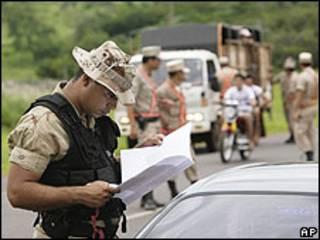 Fuerzas de seguridad durante un operativo contra el EPP