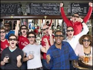 Fanáticos en un pub con lentes para 3D