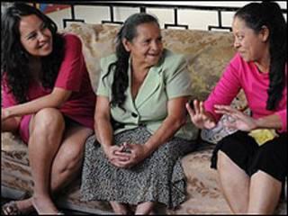 Martina, Graciela y Flor Ruiz (Foto Sarah Booker).