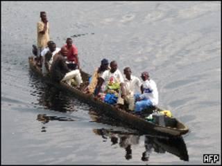 Лодка с беженцами из Конго или ДР Конго
