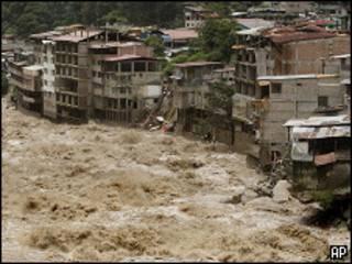 Enchente em vilarejo na região de Machu Picchu