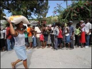 تجمع عند مركز لتوزيع الغذاء في هايتي