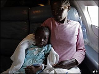 Niña haitiana y su madre son llevadas en avión a Estados Unidos para recibir tratamiento médico