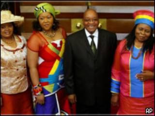 ज़ुमा अपनी पत्नियों के साथ