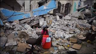 Haitiana em meio aos escombros em Porto Príncipe