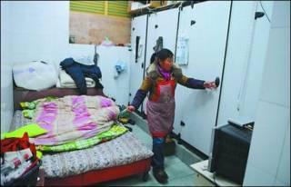 Banheiro onde moram os migrantes