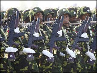 မြန်မာ စစ်သားများစစ်ရေးပြစဉ်