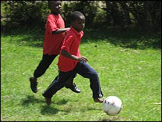 Niños jugando al fútbol con la pelota sOccket