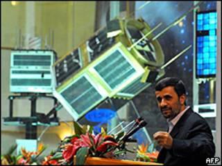 محمود احمدی نژاد در نمایشگاه ماهواره ای ایران
