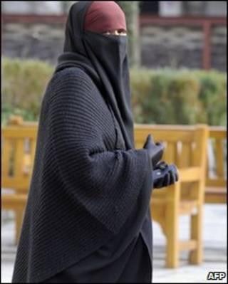 Mulher com véu islâmico em Lyon  (arquivo)