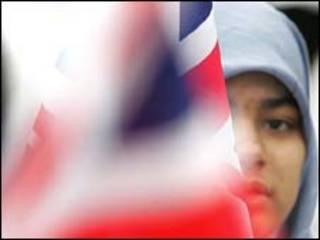 مسلمة تحمل العلم البريطاني