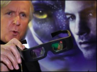 Đạo diễn James Cameron cầm kính xem phim 3 chiều