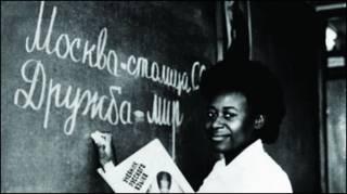 """Африканский студент пишет на доске """"Москва - столица"""" (фото из архива РУДН)"""