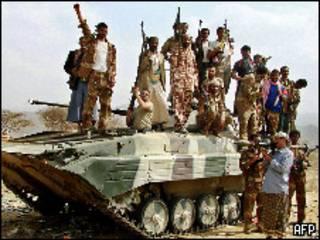 مسلحون يمنيون فوق دبابة
