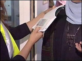 بازبینی مدارک در هنگام ورود به بریتانیا