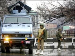 कश्मीर में तैनात सेना (फ़ाइल फोटो )