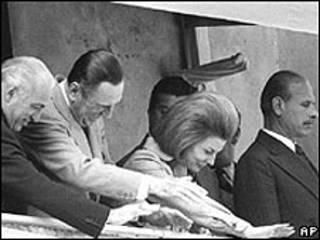 María Estela saluda desde un balcón con su esposo Juan Domingo Perón