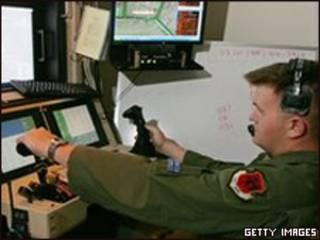 Piloto de la Fuerza Aérea de Estados Unidos volando un avión no tripulado