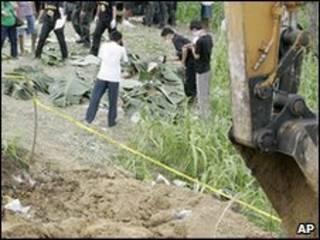 القيت جثث القتلى في مقبرة جماعية
