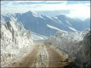 अफ़ग़ानिस्तान में बर्फ़ से ढके पहाड़