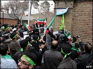Iranianos protestam em frente à embaixada italiana em Teerã