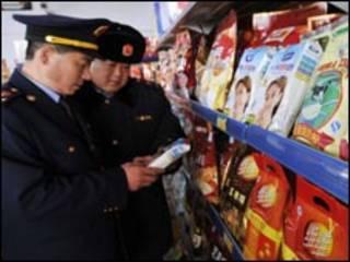 工商人員清查奶粉(新華社圖片)