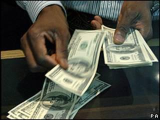 El dólar cambiando de manos.