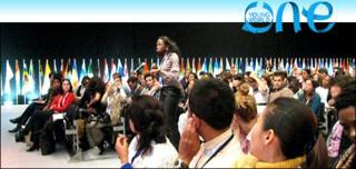 Juan Pablo Pineda, de Colombia, comparte sus fotos en la sede de la cumbre de jóvenes.