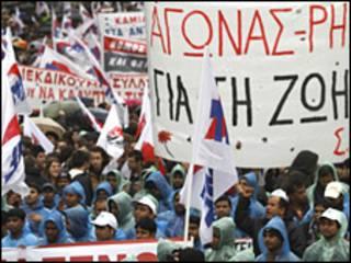 Yunanistan'da kemer sıkma önlemlerini protesto edenler