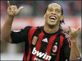 Ronaldinho comemora gol contra Sampdoria pelo Milan (AP)