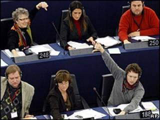 Jan Philipp Albrecht, parlamentario europeo, con su mano en señal de rechazo