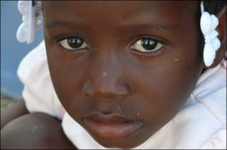 Niña en Haití tras el terremoto.
