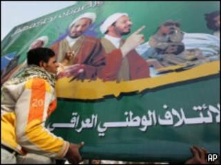 Un hombre iraquí instala una valla electoral