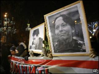 Портреты Анастасии Бабуровой и Станислава Маркелова на митинге в годовщину их убийства в Москве 19 января 2010 года
